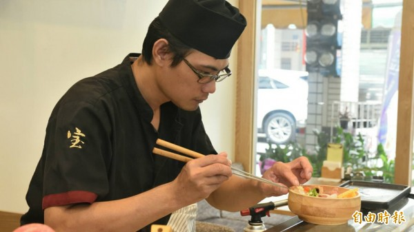 主廚夏國寶專注的料理丼飯。(記者蔡清華攝)
