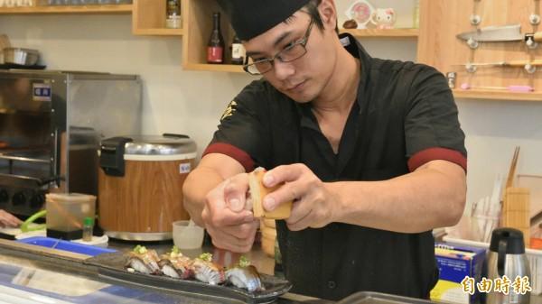 當令食材秋刀魚握壽司。(記者蔡清華攝)