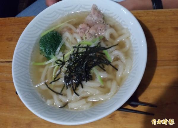 燉煮一天的高湯當湯底,配上海苔絲及二、三片豬肉片、青花菜,清爽可口的烏龍麵,也是老顧客的最愛。(記者廖淑玲攝)
