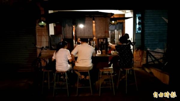 太陽一下山,「三輪仔」串燒燒烤店人群就開始聚集,氛圍就好像日本街頭的燒烤店。(記者廖淑玲攝)