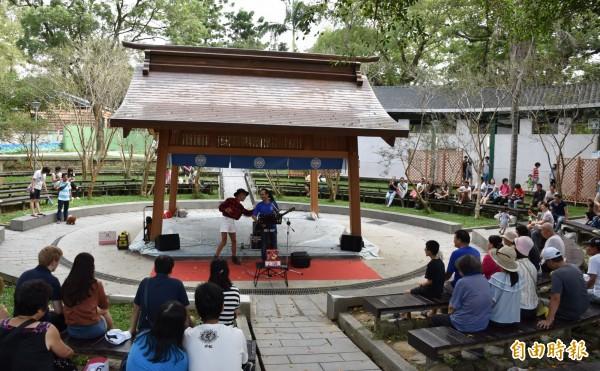 大溪中正公園新啟用的相撲亭,在沒有相撲活動時,也開放作為街頭藝人申請演出場所。(記者李容萍攝)