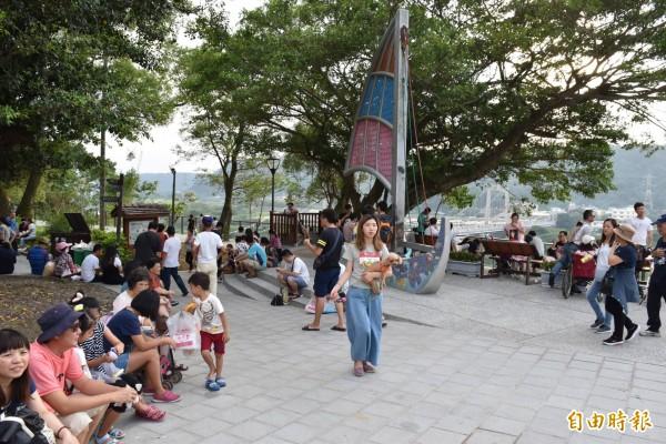 大溪中正公園的帆船區,也是街頭藝人申請演出的熱門場所。(記者李容萍攝)