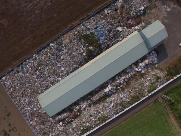檢警查出南市新市區大營土地上堆置溶出重金屬(銅)的有害廢棄物。(記者王俊忠翻攝)