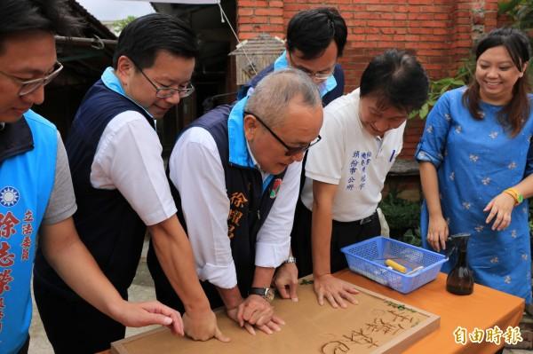苗栗縣長徐耀昌出席「藝起入厝」活動發表會,將手印蓋在黏土上。(記者鄭名翔攝)