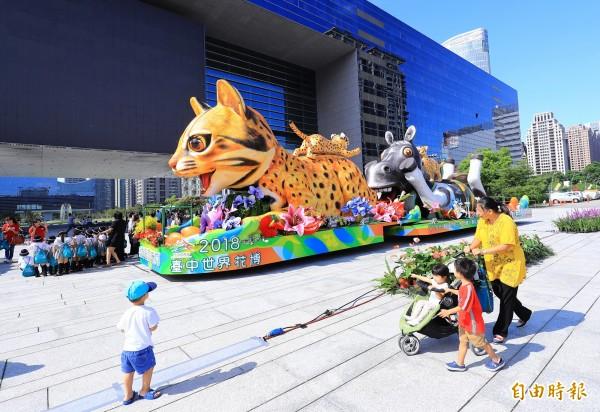 石虎花車即起在市府廣場展出,家長帶著小朋友前往參觀。(記者張菁雅攝)