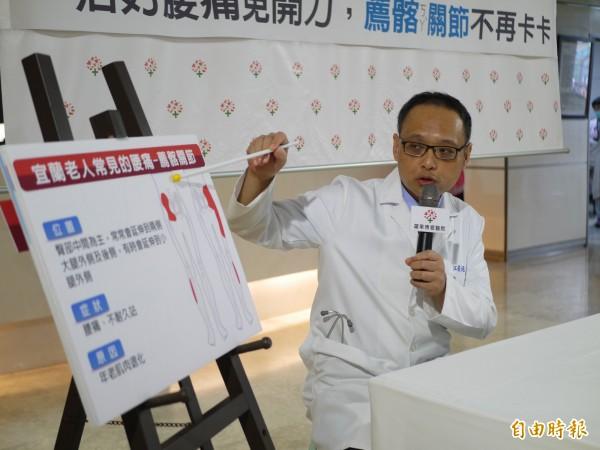 醫師江俊廷表示,薦髂關節退化也會引起腰痛問題。(記者簡惠茹攝)