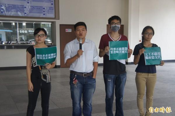 澎湖青年陣線再度針對新公車總站,拋出公辦民營的議題。(記者劉禹慶攝)