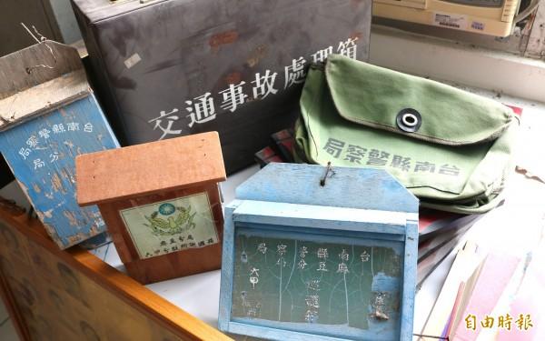 麻豆分局搜集早年使用的勤務袋、木製巡邏箱。(記者楊金城攝)