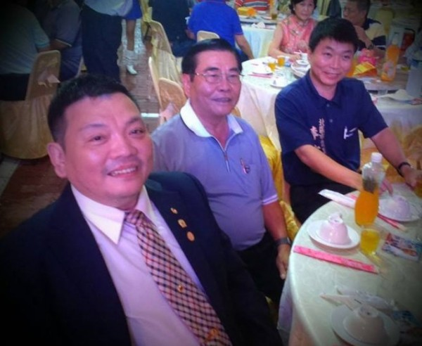 小北百貨創辦人黃卜文(前左一)驚傳猝逝。(圖:記者王俊忠翻攝)