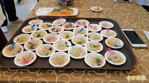 台灣光復日,日本大和西高校學生到新竹市光復中學交流訪問,學生大但新竹米粉及貢丸湯。(記者洪美秀攝)
