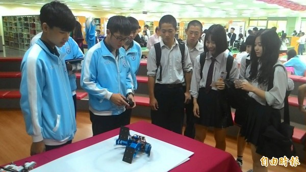 台灣光復日,日本大和西高校學生到新竹市光復中學交流訪問,學生進行機器人體驗。(記者洪美秀攝)