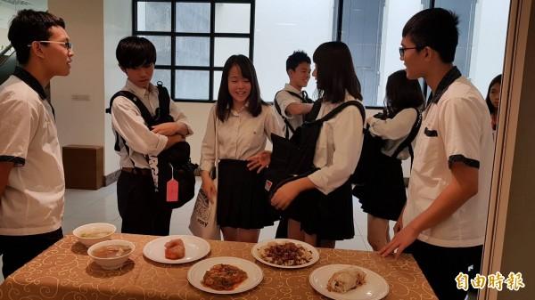 台灣光復日,日本大和西高校學生到新竹市光復中學交流訪問。(記者洪美秀攝)
