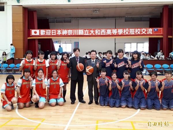 台灣光復日,日本大和西高校學生到新竹市光復中學訪問,兩校以籃球賽做交流,精采刺激。(記者洪美秀攝)