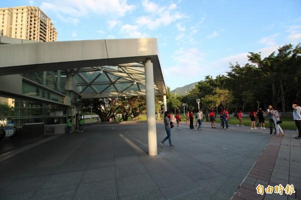 捷運信義線2013年通車後,捷運象山站成為民眾親近四獸山系的好去處,甚至成為國外旅客眺望台北101大樓的必去景點。(記者鍾泓良攝)
