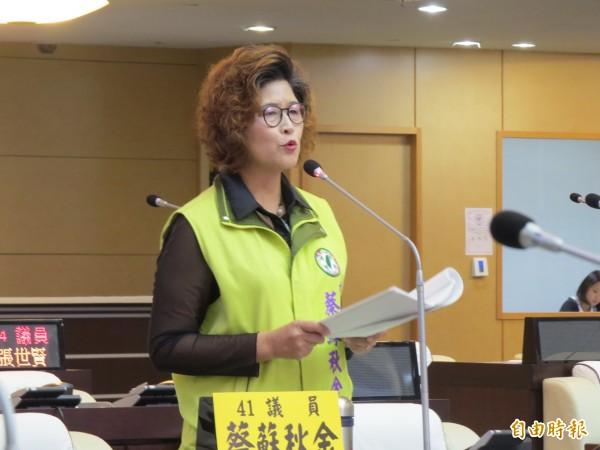 市議員蔡蘇秋金對南大放棄七股校區提出質詢及批評。(記者蔡文居攝)