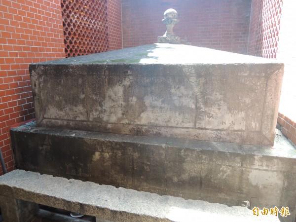 清朝林爽文事件殉難的鄉勇墓塚,現仍留在北港義民廟。(記者陳燦坤攝)
