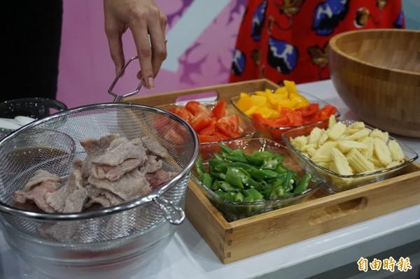 名模林嘉綺懷孕時五色蔬菜和清燙牛肉作成溫沙拉,成功控制血糖。(記者蔡淑媛攝)