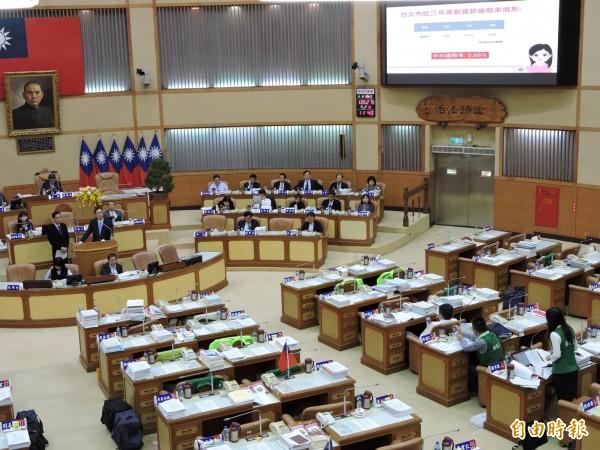 新北市議員鄭宇恩今天針對市府青年創業貸款政策提出質詢,指成效不彰,要求檢討改進。(記者賴筱桐攝)