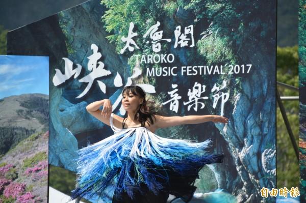 「婆娑舞集」舞者在峽谷內,透過現代舞奔放的肢體語彙,為花蓮壯闊的山海,增添一股清新的意象。(記者王峻祺攝)