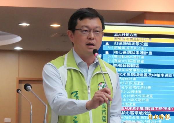 市議員李退之,進行任內最後一次總質詢。(記者蔡文居攝)