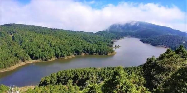 太平山內的翠峰湖每到秋冬就達滿水位,隨日光、雲海變色。(羅東林管處提供)