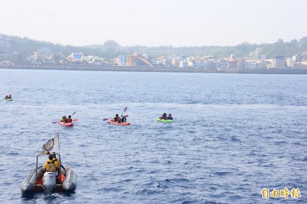 10勇士操槳划過台灣海峽。(記者陳彥廷攝)