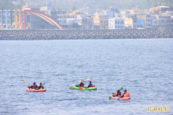 10勇士操槳划過台灣海峽,直奔小琉球中澳沙灘。(記者陳彥廷攝)
