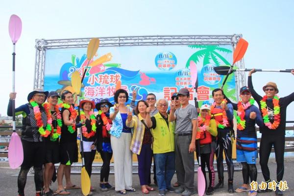 10勇士操槳划過台灣海峽到小琉球完成創舉。(記者陳彥廷攝)