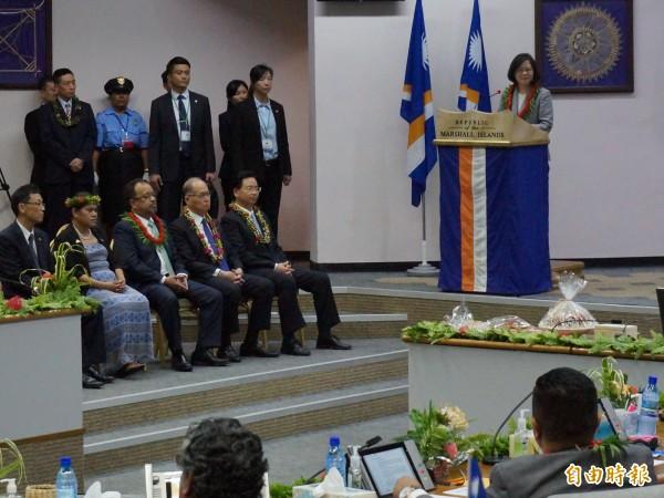 蔡英文總統今天到馬紹爾的國會演說,蔡英文當場宣布,台灣即將給予包括馬紹爾群島共和國在內,我國在六個太平洋友邦國民,一致的免簽證待遇。(特派記者鍾麗華攝)