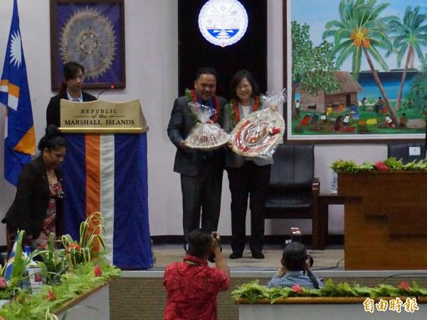 馬紹爾國會議長凱迪贈送禮物給蔡總統。(特派記者鍾麗華攝)