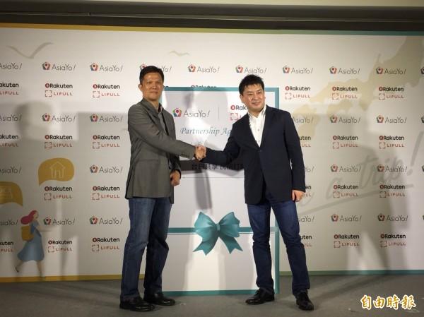 AsiaYo執行長鄭兆剛(左)與日本樂天市場旗下事業Rakuten LIFULL STAY董事長太田宗克簽約合作。(記者蕭玗欣攝)