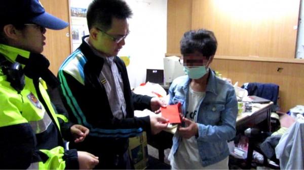 警方致贈慰問金與民生物資給李姓婦人(右)。(記者周敏鴻翻攝)