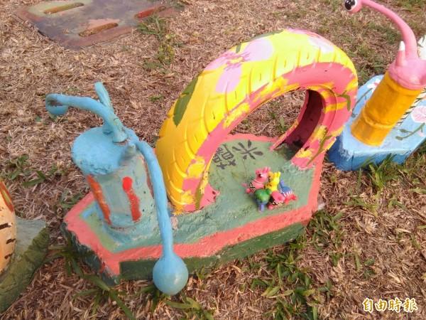 嘉義縣大林鎮大林轉運站亮相半個月的「米蘭慢城轉運蝸牛」裝置藝術,竟被鄉親破壞,38個作品有近半數的蝸牛觸角被折斷、變形。(記者曾迺強攝)