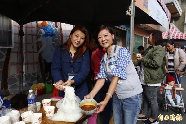36歲、來自中國的丁琪來台10多年,今天活動她特別料理麻辣口味米粉讓民眾品嘗。(記者王駿杰攝)