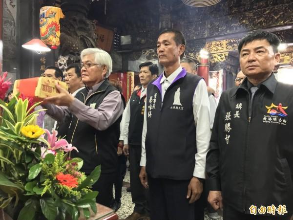 雲林縣長李進勇一行到苗栗縣通霄拱天宮參拜,感謝白沙屯媽祖參與今年的台灣燈會。(記者張勳騰攝)