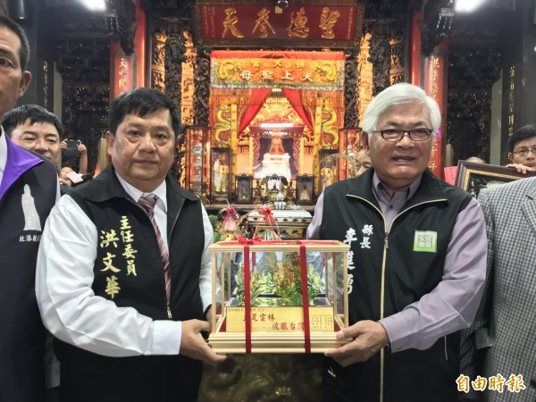 雲林縣長李進勇(右)及拱天宮主委洪文華兩人,互贈紀念品。(記者張勳騰攝)