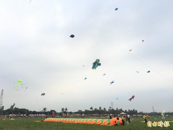 屏東國際風箏節今天開幕,高屏溪河濱公園的天空「箏」奇鬥豔,非常熱鬧。(記者羅欣貞攝)
