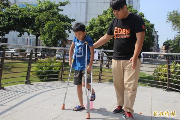 基金會讓小朋友體驗拐杖者的不便。(記者邱灝唐攝)