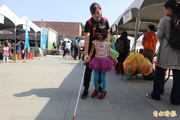 基金會帶領小朋友嘗試視障者的生活。(記者邱灝唐攝)