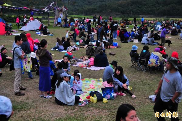 富里鄉永豐村的山谷音樂節「穀稻秋聲」,聽眾席地坐在永豐舊糖廠大片草地上邊聽音樂邊野餐,氣氛輕鬆。(記者花孟璟攝)