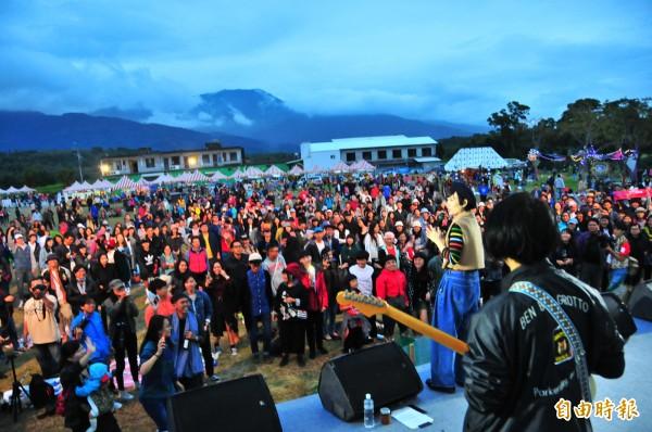 魏如萱回到故鄉花蓮富里,在山谷音樂節「穀稻秋聲」唱壓軸,現場吸引滿滿觀眾。(記者花孟璟攝)