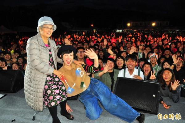 富里鄉永豐村的山谷音樂節「穀稻秋聲」,富里的女兒魏如萱邀扶養她長大的88歲阿嬤上台一起合照,讓阿嬤好高興。(記者花孟璟攝)