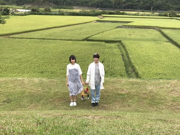 美麗的穀稻秋聲山谷音樂會,舞台旁就是稻田,讓來唱歌的樂團都忍不住猛按相機拍照。(游琇錦提供)