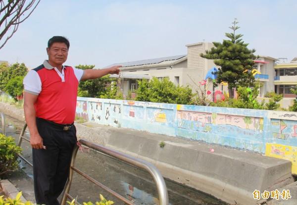 新寶村長梁祥盛指出,新寶國小位在東泰公司對面,常飽受空氣汙染,學生必須戴口罩上課。(記者陳冠備攝)