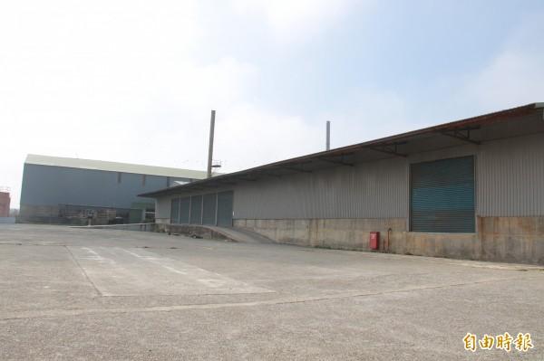 東泰紙業工廠大門緊閉,目前停工無營業。(記者陳冠備攝)