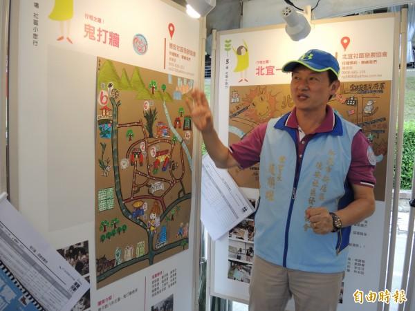趙順雄笑稱德安社區的地圖有如「鬼打牆地圖」。(記者翁聿煌攝)