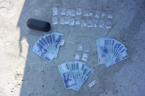 恆春警方起出毛重7.85公克的安非他命6包及販毒所得。(記者蔡宗憲翻攝)