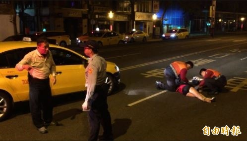 婦人闖越馬路遭計程車撞倒受傷。(記者劉慶侯攝)