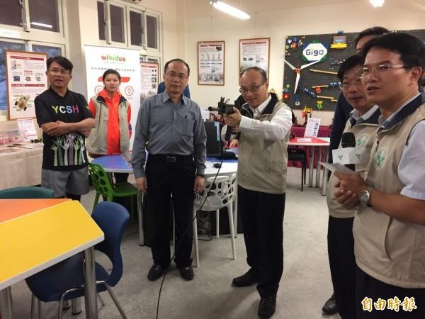 永春高中3R智慧教室今舉行開幕揭牌儀式,現場提供各式體驗課程,教育局長曾燦金也下場體驗。(記者周彥妤攝)