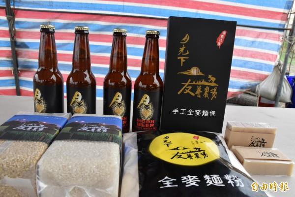 麥寮生產的小麥製出各種產品。(記者黃淑莉攝)